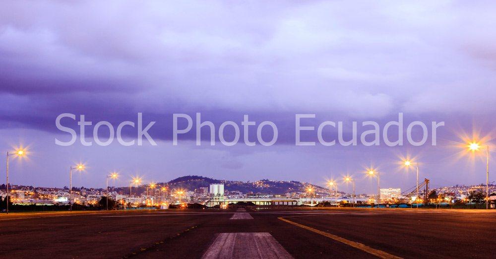 Quito Nocturno / Transformación de la ciudad / Parque bicentenario Stockipic