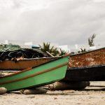 Barquitos de pesca artesanal en playas de Ecuador