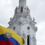 torre de iglesia católica de estilo barroco en Quito