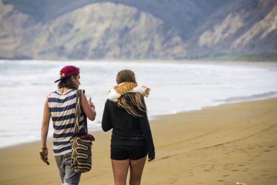 Dos personas caminando en la Playa de Puerto Lopez